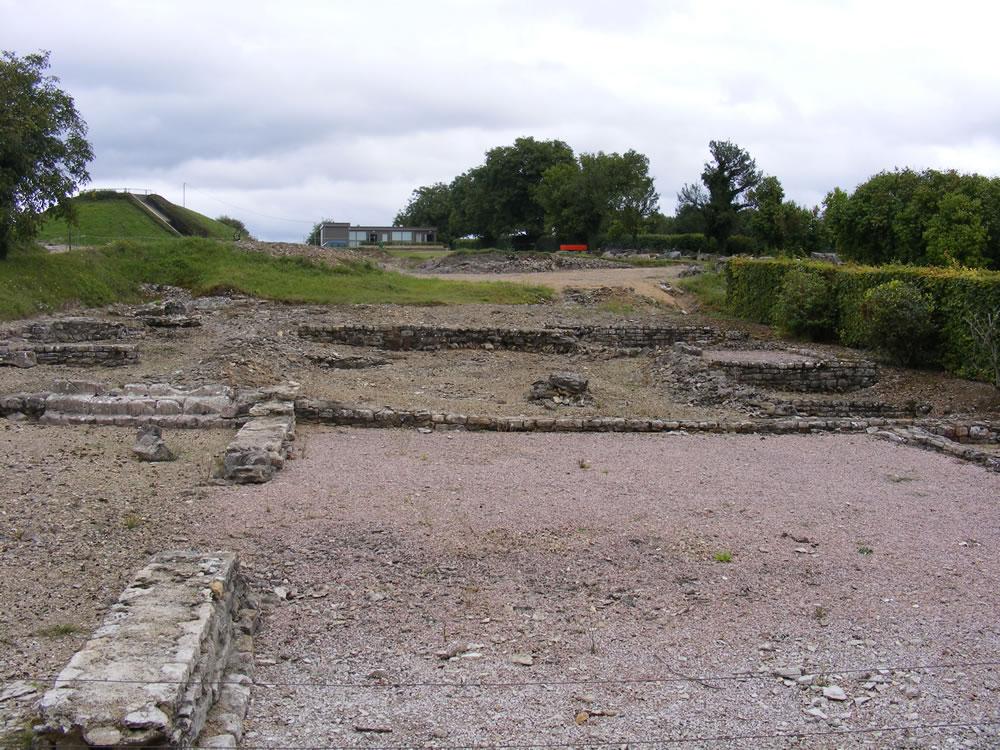 Ausgrabung in Alesia, hier findet man viele Rerihenhausfundamente mit Portiken. Viele gallische Ursprünge werden in Alesia gefunden.