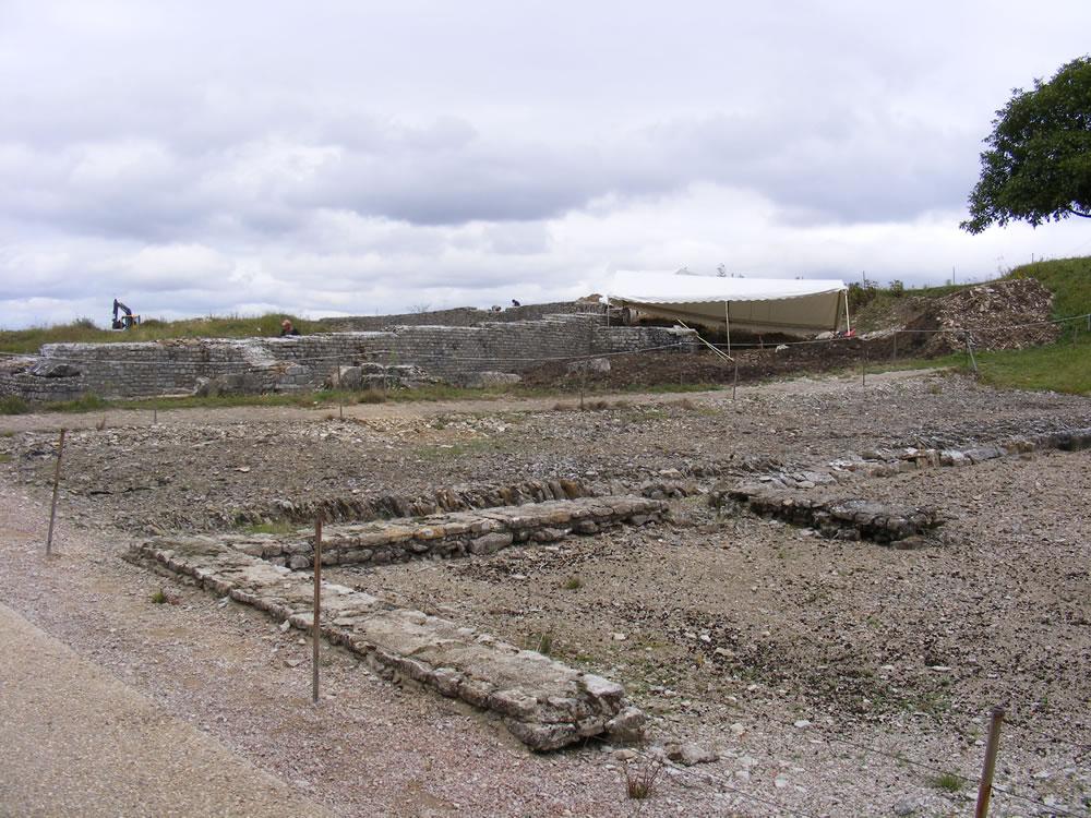 Ausgrabungsstätte in Alesia, zu sehen sind Reste von einem Fundament. Die im Burgund liegenden Überreste sind meist noch seht gut erhalten.