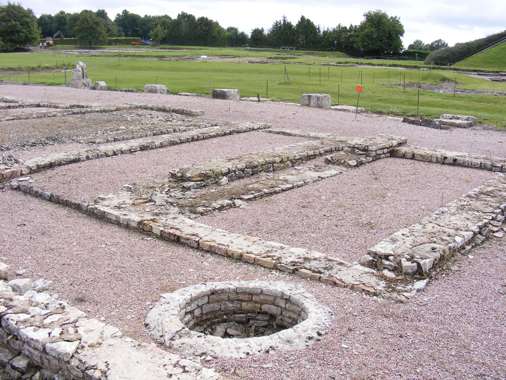 Bei Ausgrabung in Alesia werden Fundamente von Reihenwohnhäusern gefunden. Alesia, liegt heute in der französischen Gemeinde Alise-Sainte-Reine im Burgund.