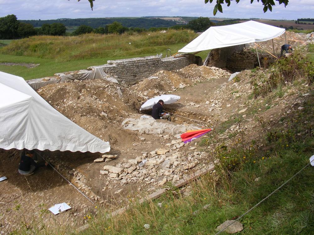 Eine frische Fundstelle in Alesia, die Archäologen schützen sich vor den sommerlichen Temperaturen im Burgund