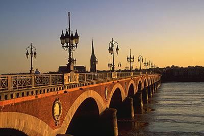 Die schöne Stadt Bordeaux bei Sonnenuntergang, die Brücke Pont de Pierre ist eine zentrale Brücke in der Altstadt von Bordeaux