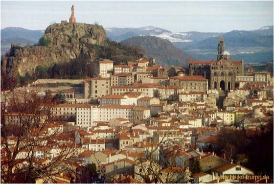 Die Stadt Puy-en-Velay ist für ihre eigentümliche Lage in einer vulkanischen Landschaft bekannt.