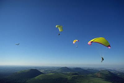 Gleitschirmfliegen in der Auvergne. Von oben das Land der Vulkane erleben. Beeindruckende Bilder aus der Luft kilometerweit genießen.