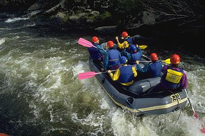 Eine populäre Freizeit Wassersportart bei der man mit einem Schlauchboot Wildwasser Flüsse befährt.
