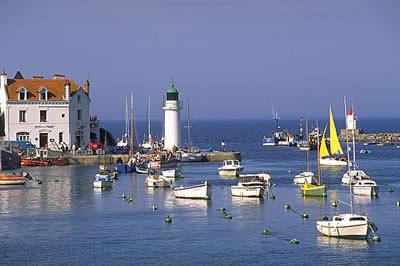 Der Ort Sauzon an der Westlichen Seite der Insel ist bekannt für seinen natürlichen Hafen, die weiß- rosafarbenen Häuser an der Küste