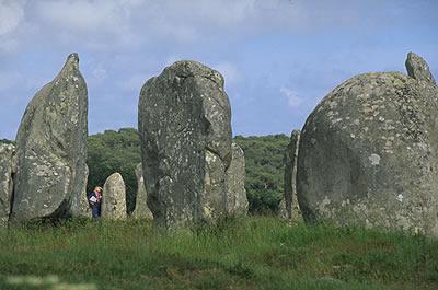Die französische Gemeinde Carnac ist berühmt für ihre mehr als 3000 Menhire (umgangssprachlich Hinkelsteine ), die zu Steinreihen aufgereiht sind.