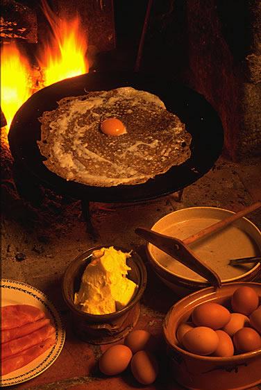 Crêpe ist sozusagen das Nationalgericht in der Bretagne und weit darüber hinaus verbreitet. Crêpes sind süß oder herzhaft zu genießen.