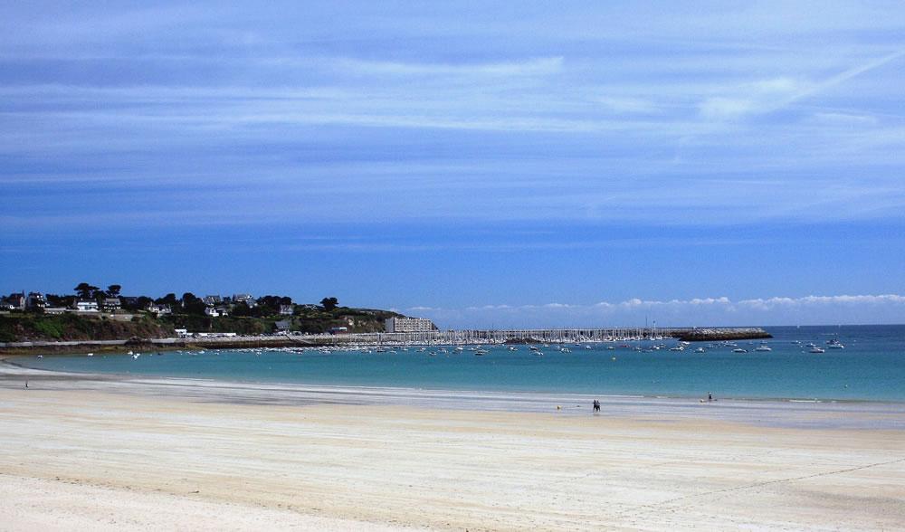 Der Strand von Saint Cast le Guildo in der Bretagne mit Ausgängen zu Gezeiten, einer Erklärung der Austern-und Angeltouren.