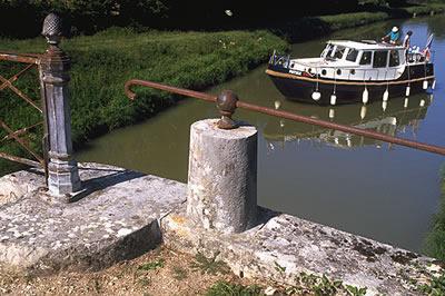 Hausbootferien im Burgund. In Frankreich kann man günstige Hausboote für einen gemütlichen Urlaub auf