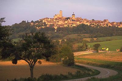 Vézelay ist ein kleiner berühmter Wallfahrtsort und eine mittelalterliche Perle Burgunds. Vézelay ist eine der wenigen Plus beaux villages de France.