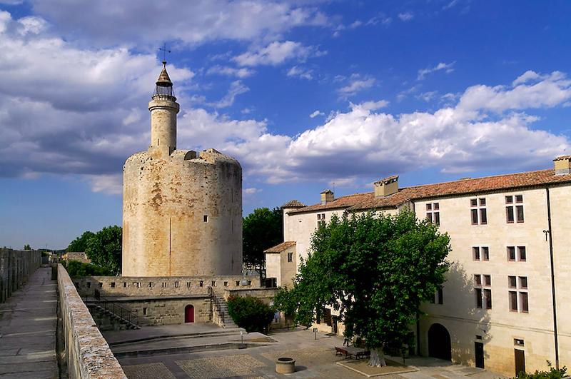 Die Hauptsehenswürdigkeiten von Aigues Mortes ist die vollständig erhaltene Stadtmauer. Der Turm diente früher als Gefängnis für Frauen