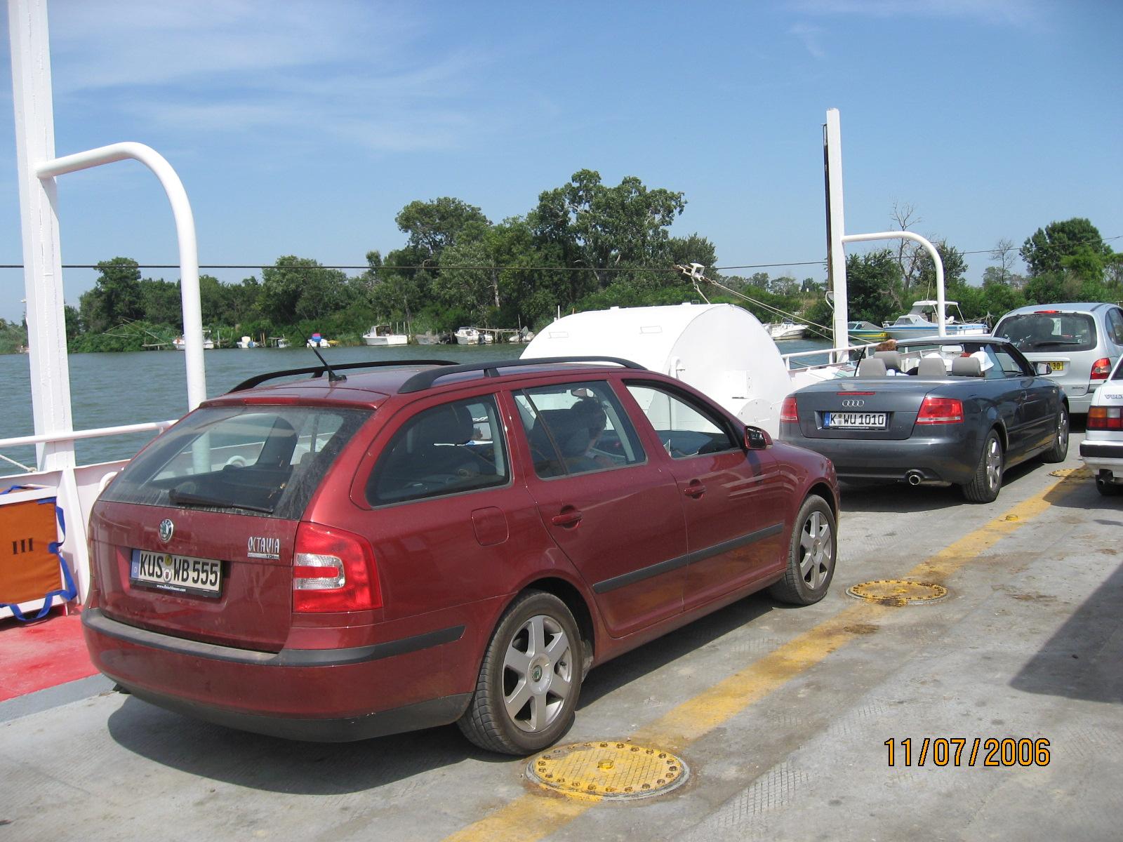 Im Frankreich Urlaub auf einer Autofähre irgendwo in der Camargue. Die Überfahrt mit dem Auto war kostenlos!