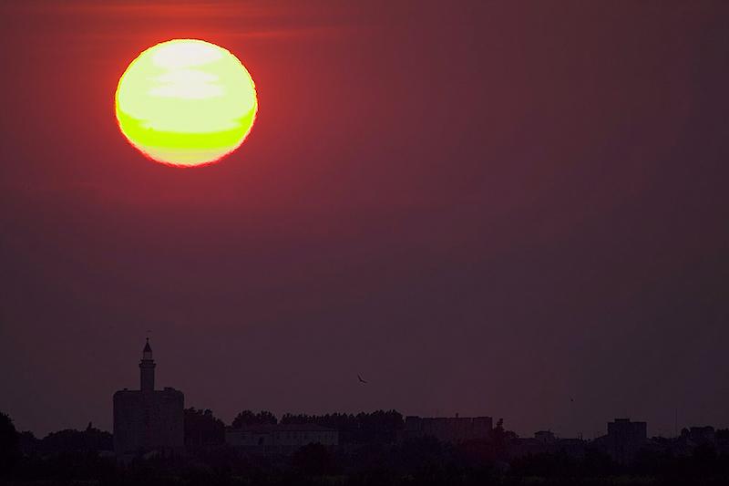 Sonnenuntergang in Aigues-Mortes. Der Name der Stadt im französischen Département Gard bedeutet totes Wasser