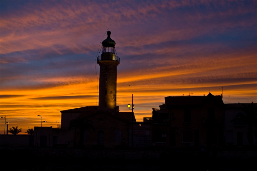 Schöner Sonnenuntergang mit Leuchtturm in der Gemeinde Le Grau-du-Roi im Département Gard in Languedoc-Roussillon