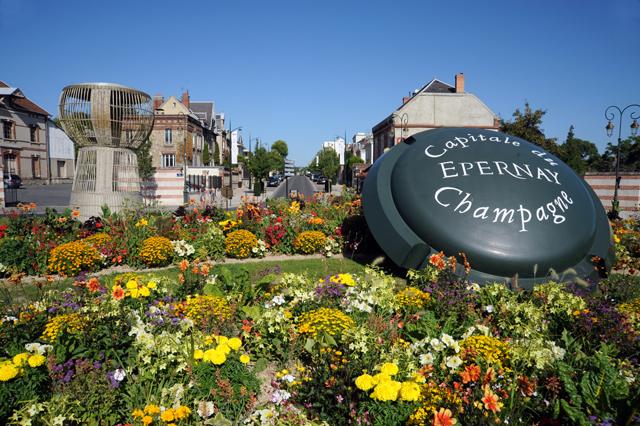 """Die bekannte """"l'Avenue de Champagne"""" in Epernay. Straße zu den Hauptsitzen der größten Champagner Häuser."""