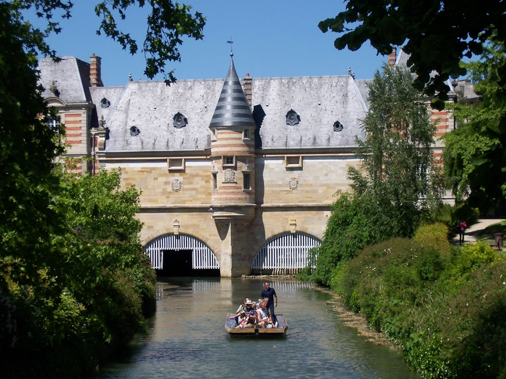Eine romantische Sparzierfahrt auf dem Kanal in einer Bark. Im Hintergrund zu sehen das Château du Marché im Châlons-en-Champagne