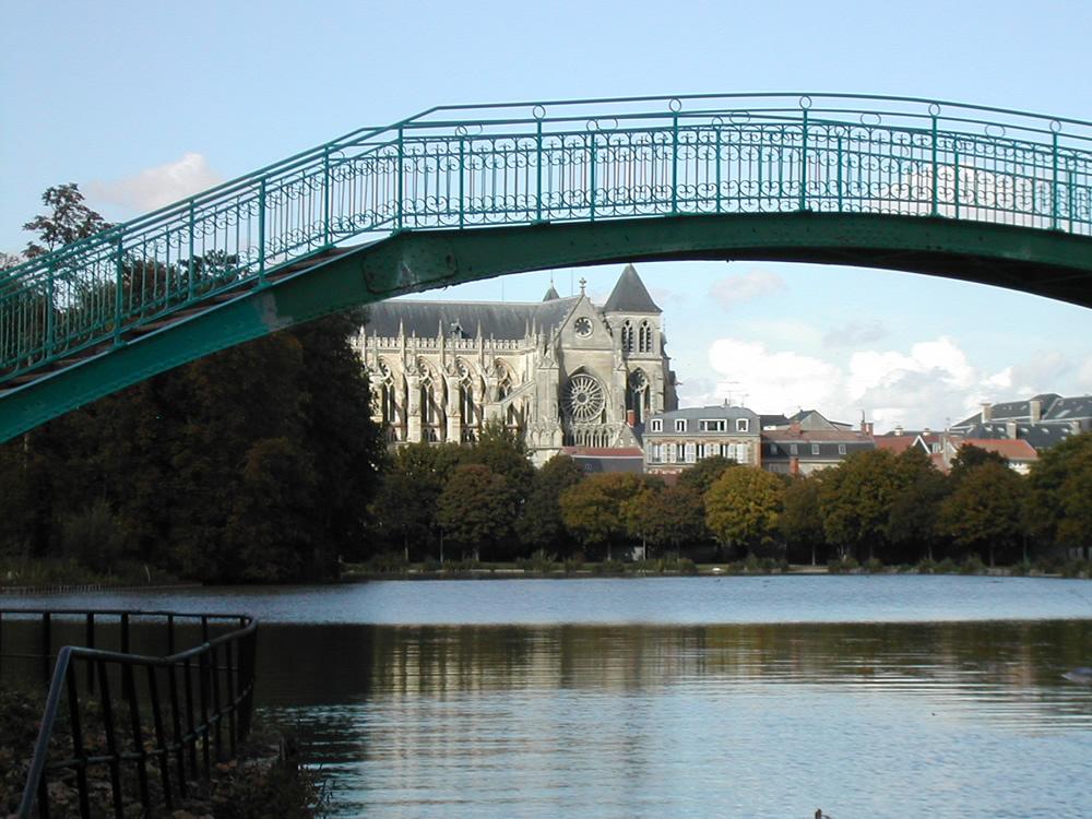 Ein schöner Ort zum entspannen, vor einer Fußgängerbrücke mit Blick über den Grand Jard auf die Kathedrale im Châlons-en-Champagne