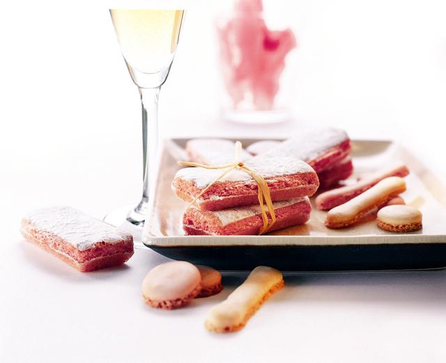 Die Biscuits Roses sind eine Spezialität in Reims, Champagne. Süß und farbenfroh wird dieses Gepäck gerne von den Franzosen gegessen.