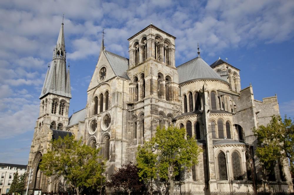 Beeindruckender Blick auf die Kathedrale Notre-Dame-en-Vaux in der Stadt Châlons-en-Champagne im Nordosten Frankreichs