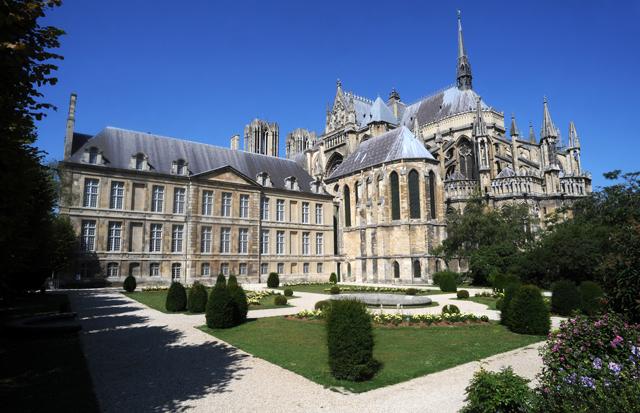Schöne angelegte Gärten auf der Rückseite von Notre-Dame de Reims. Einen Besuch ist die Kathedrale von Reims auf jeden Fall wert.