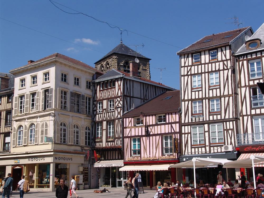 Gute Einkaufmöglichkeiten und schöne Fachwerkhäuser auf dem Place de la République im Châlons-en-Champagne im Sommer bei tollem Wetter