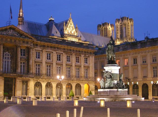 Place Royale in Reims (zu deutsch: Königlicher Platz) mit einer Statue von  Ludwig XV. Es ist einer der schönsten Plätze in Reims.