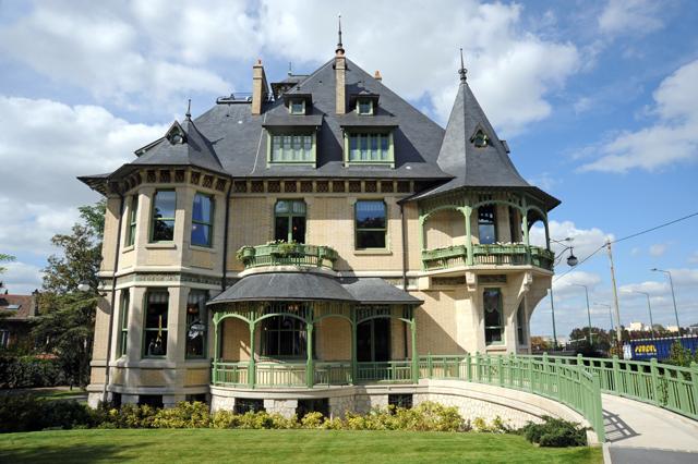 Die heute hervorragend restaurierte Villa Demoiselle zeigt sehenswerte Möbeln, Wandmalereien, Buntglasfenstern und vieles mehr