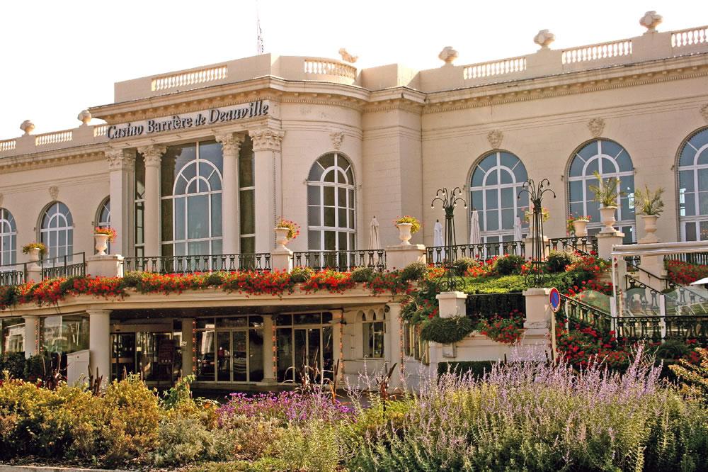 Blick auf das renommierte Casino Barriere de Deauville mit einer Grünanlage. Ein Highlight in Deauville, Frankreich