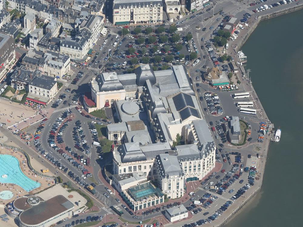 Deauville ist ein beliebter Badeort seit den 60er Jahren. Gerade während der sonnigen Tage gern besucht.