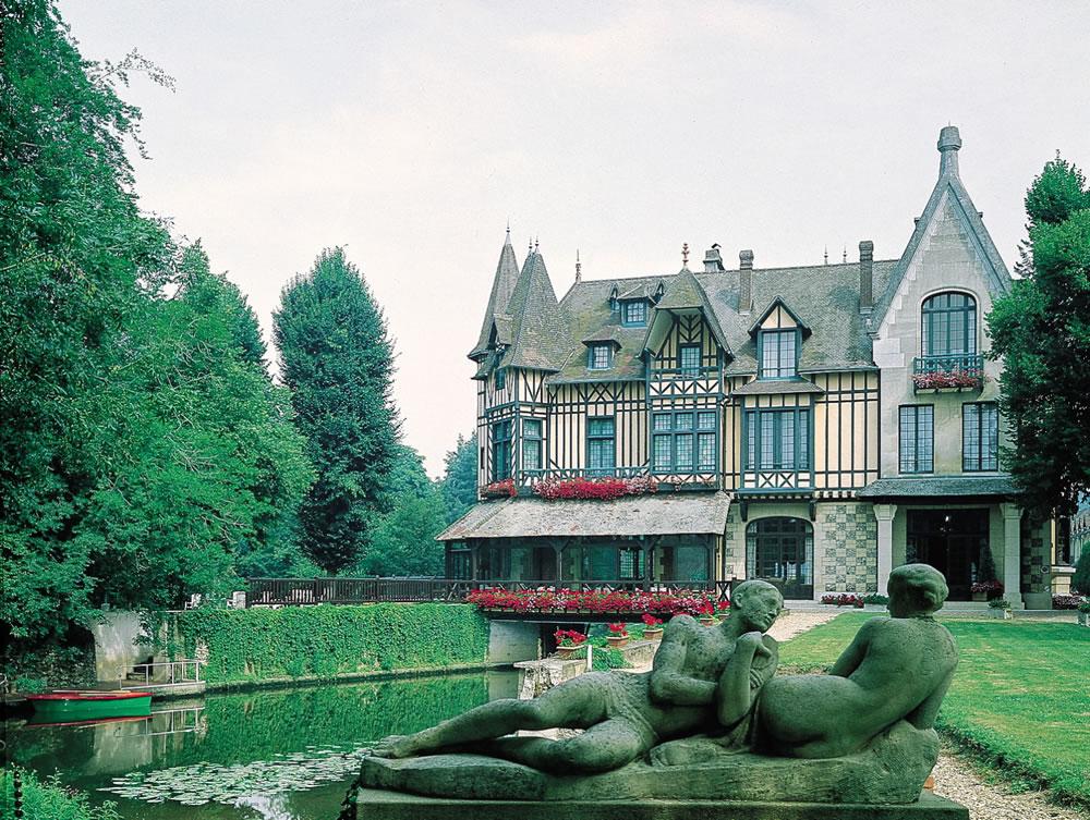 Das Herrenhaus aus dem 19. Jahrhundert, bietet als Hotelrestaurant Le Moulin de Connelles, in Deauville, eine luxuriöse Unterkunft in typischer Atmosphäre