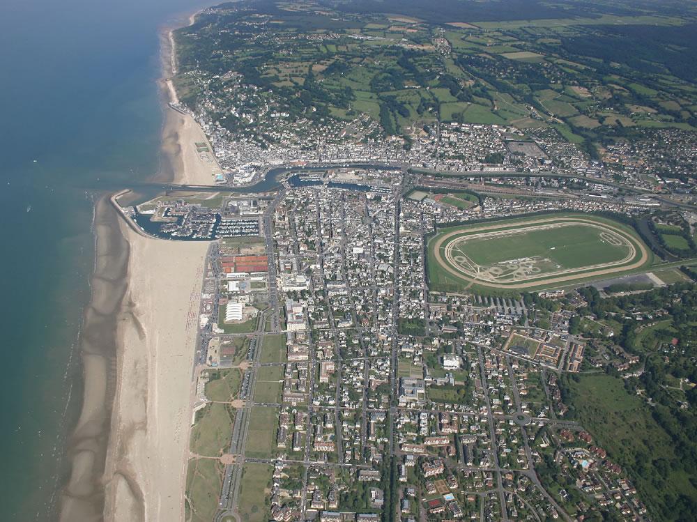 Luftaufnahme vom beliebten Badeort Deauville in Frankreich. Sehr beliebt während der sonnigen Tage.