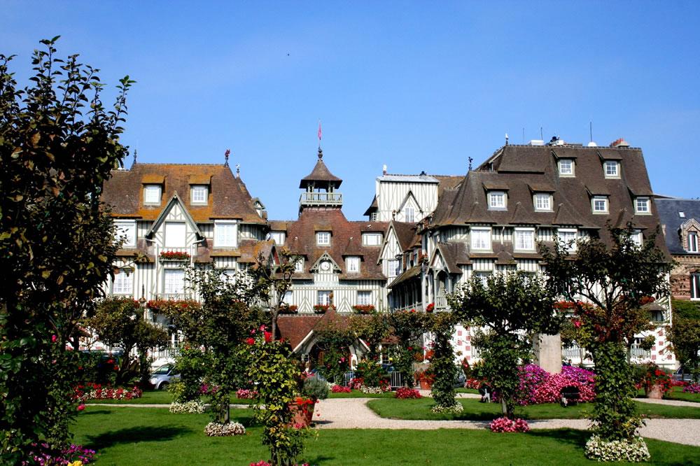 Die Normandie, Seebad Deauville mit Vorgarten. Von Paris aus gesehen ist der am Meer gelegene  Luxusurlaubsort Deauville schnell zu erreichen.