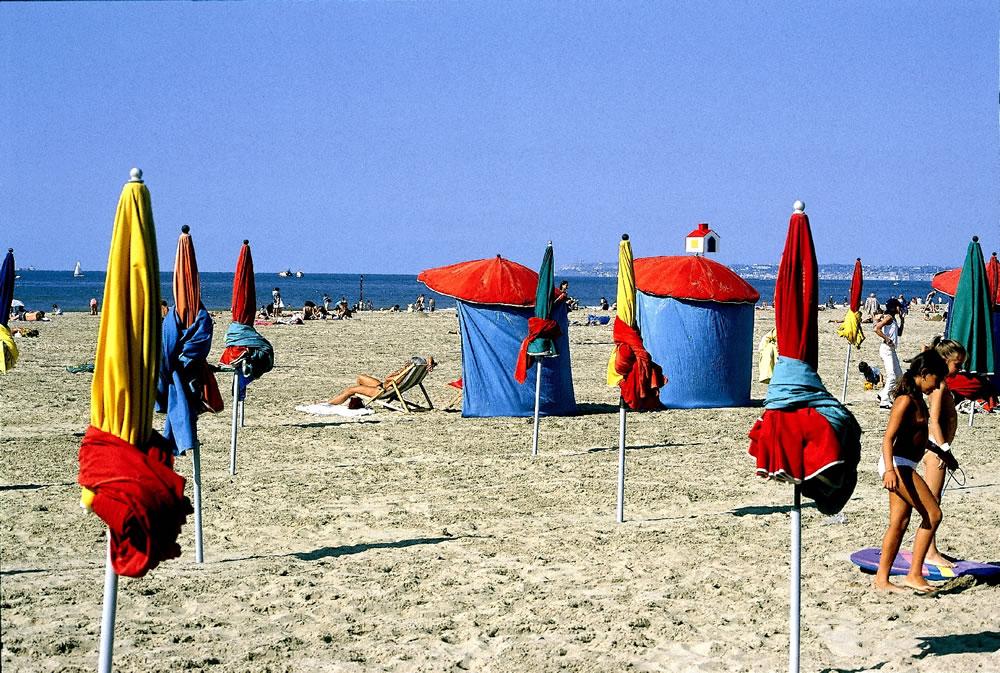 Sommer, Sonne, Strand. Der Urlaubsort Deauville bietet einen unvergesslichen Urlaub. Die Sonnenschirme am Strand von Deauville können gemietet werden.