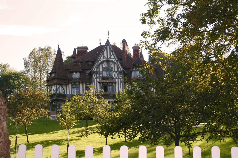 Die Villa Strassburger wurde 1907 für den Baron Henri de Rothschild erbaut. Es ist eines der schönsten Häuser in Deauville.