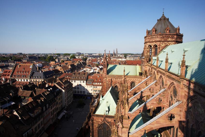 Blick von der Kathedrale über Straßburg an einem sonnigen Tag