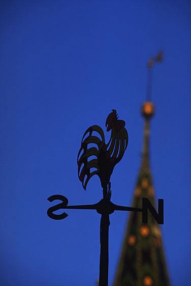 Eine Kirchturmspitze im Elsass. Der Hahn gilt unter anderem als Symbol von Frankreich.