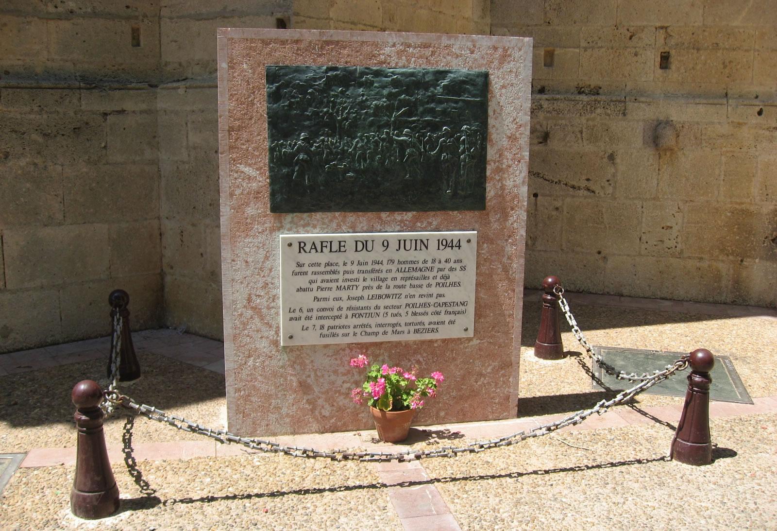 Ein französisches Denkmal in gedenken an die gefallenen Soldaten und Menschen im zweiten Weltkrieg in Frankreich.