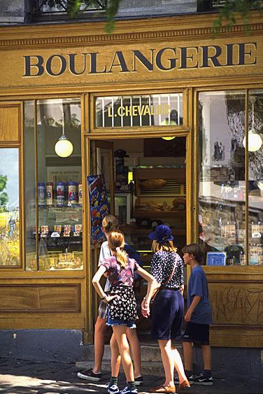 Französische Bäckerei (Boulangerie) in Frankreich. Aus dem Laden duftet es nach leckeren französischen Croissants und Baguette.