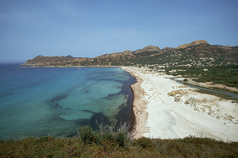 Anse de Peraiola, Departement Haute Corse (2B). Ein schöner Blick auf den weitläufigen Sandstrand mit türkisfarbenen Wasser