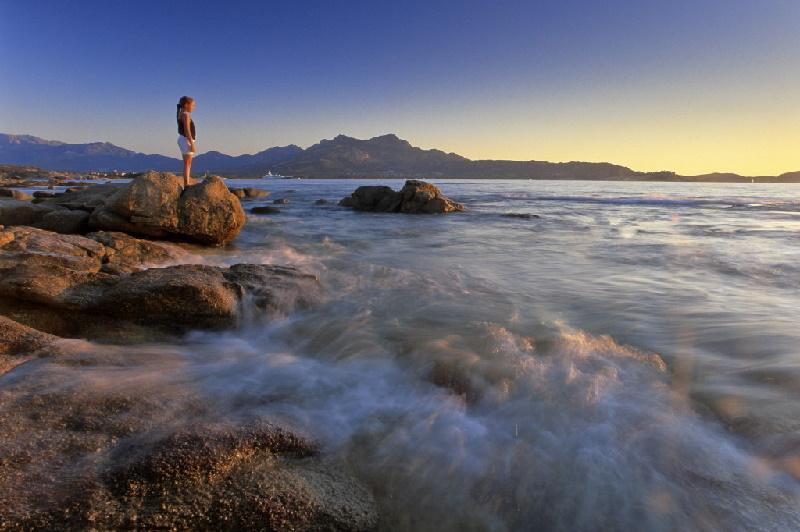 Traumhafte Kulisse am Plage de Lumio auf Korsika. Bei Sonnenuntergang ist es besonders schön am Stand von Lumio.