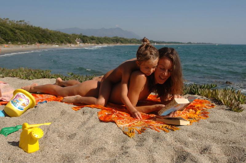 Auf Korsika gibt es einige FKK-Campingplätze mit direktem Strandzugang zum FKK-Strand.