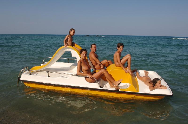 Camping und FKK-Zentrum auf Korsika ist bei Familien sehr beliebt. Sportmöglichkeiten und Aktivitäten sind reichlich vorhanden.
