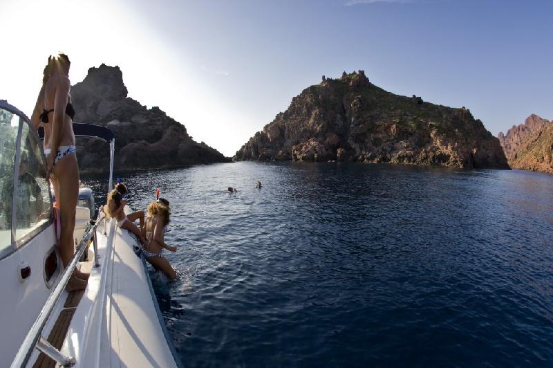 Tauchen und Schnorcheln kann man auf Korsika vom Boot aus; hier zum Beispiel im Naturreservat von Scandola; Corse du Sud.
