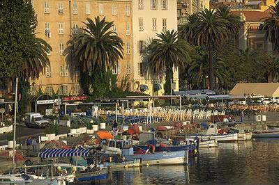 Der Freizeithafen Tino Rossi von Ajaccio. Seine Lage in mitten des Herzen der Stadt ist einzigartig.