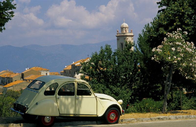 Mit dem Citroën 2 CV auf tour durch Frankreich. Bei Piana wird ein kleiner Stopp eingelegt und Land und Gegend zu erkunden.