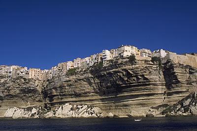 Bonifacio liegt im äußersten Süden der Insel oberhalb einer mehr als 60 m hohen, weißen Steilküste und ist ein touristischer Magnet.