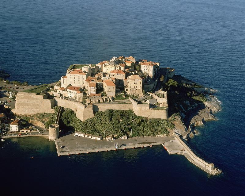 Die Calvi Zitadelle wurde während der Herrschaft Genuas errichtet. Am Zugang zur Oberstadt steht der lateinische Leitspruch Civitas Calvi semper fidelis