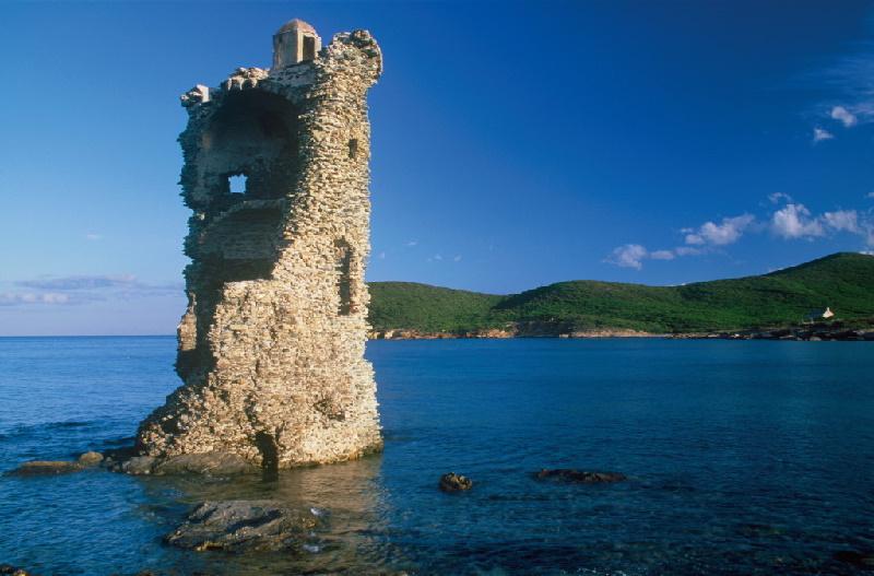 Genuesischer Turm Santa Maria bei Macinaggio an der Küste von Korsika. Heute gibt es noch rund 67 dieser Türme an den Küsten von Korsika