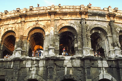 Römisches Amphitheater in Nîmes. Jährlich werden dort verschiedene kulturelle Ereignisse ausgerichtet. Auch Musikkonzerte werden dort veranstaltet.