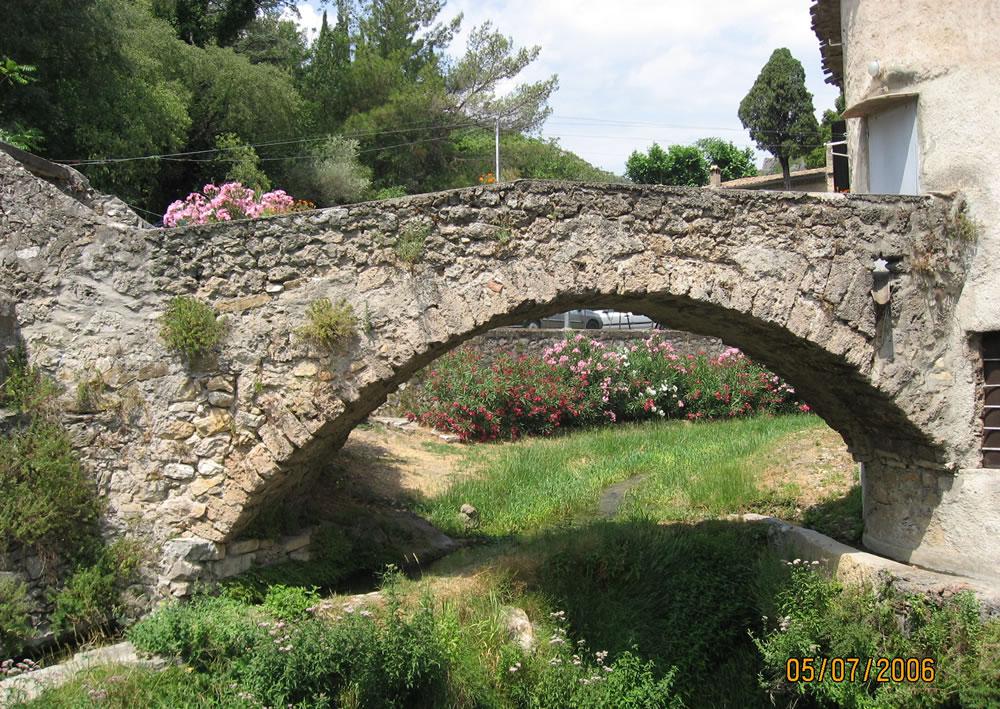 Brücke in St.Guilhem-le-Désert einer kleinen französischen Gemeinde mit knapp 265 Einwohnener im Départment Hérault